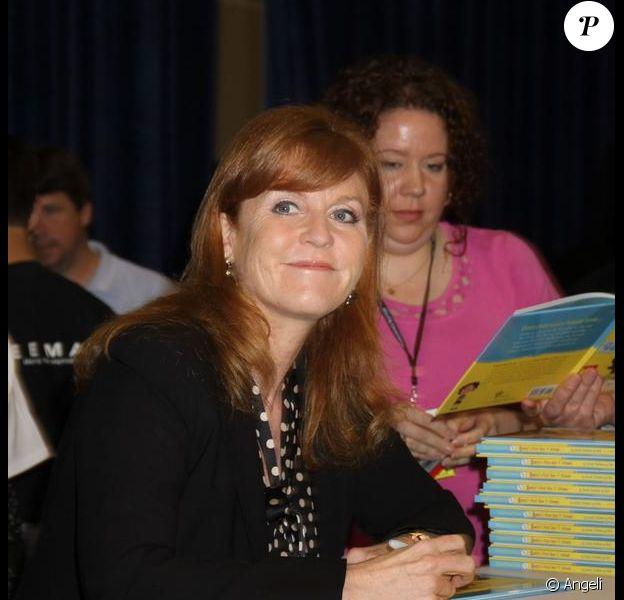 Sarah Ferguson signe son ouvrage Emily's First Day of School, au salon du livre de New York. 26/05/2010