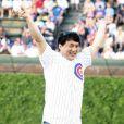Jackie Chan donne le coup d'envoi du match de baseball opposant les Chicago Cubs au Los Angeles Dodgers, au Wrigley Field Stadium de Chicago, le 25 mai 2010.