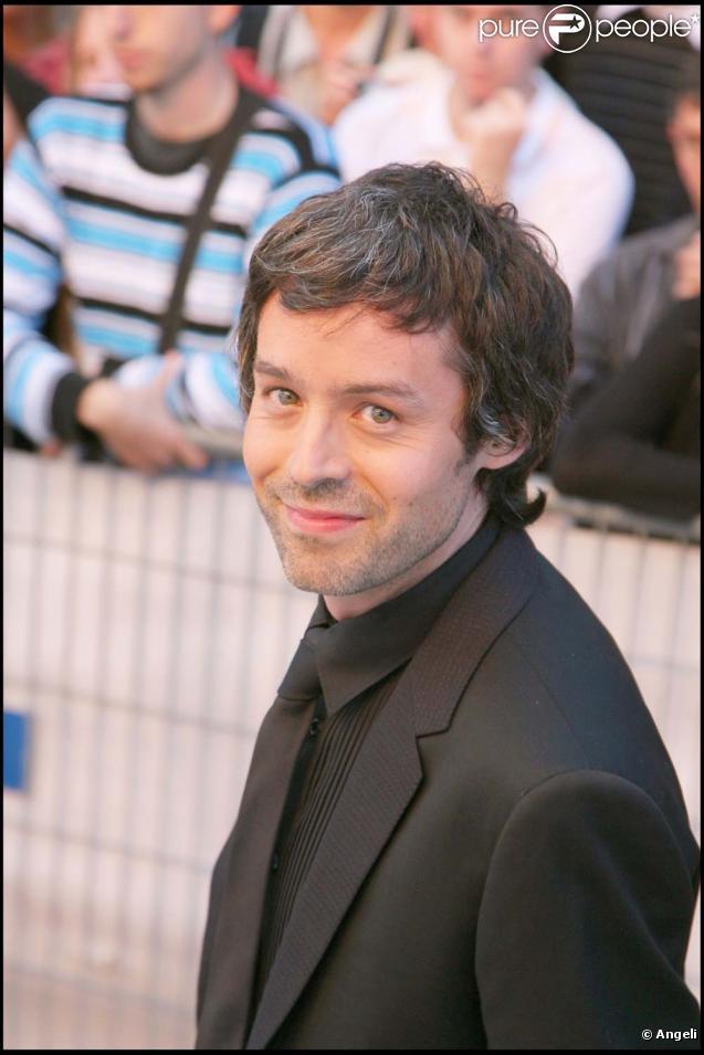 Yann Barthès débriefe avec humour les candidats de l'Eurovsion, le 26 mai 2010 dans Le  Petit journal people.