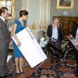 Les futurs mariés Victoria de Suède et Daniel Westling reçoivent des présents de la part du président Grimaldi Industri après la publication des bans. La cérémonie a lieu dans le palais royal à Stockholm le 3 juin 2010.