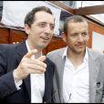 Gad Elmaleh et Dany Boon lors de la finale hommes de Roland Garros le 6 juin 2010