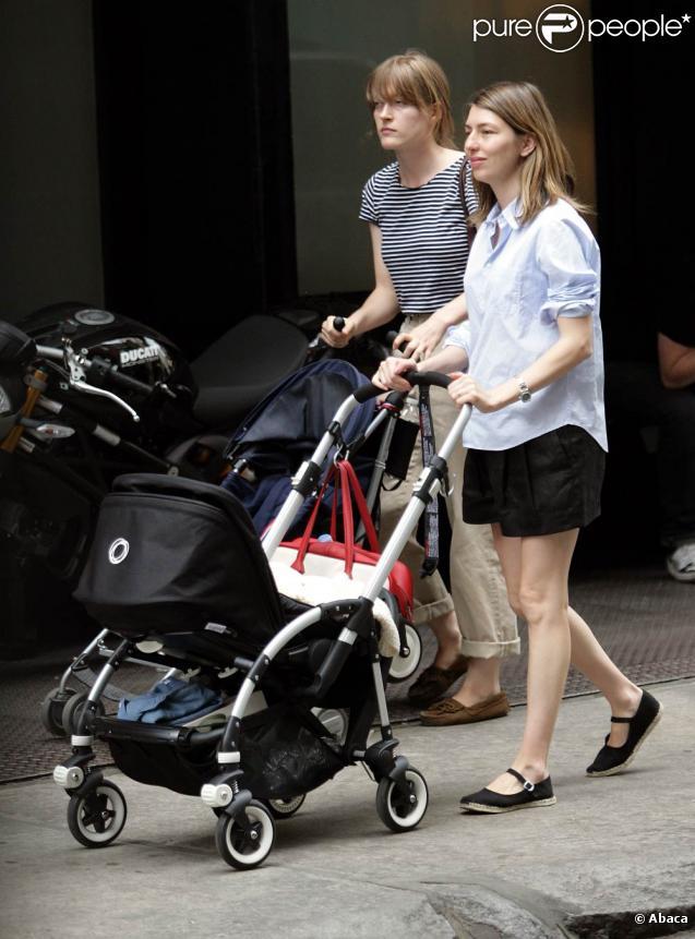 La réalisatrice américaine Sofia Coppola fait découvrir le quartier de SoHo à son nouveau-né, à New York, le 16 juin 2010.