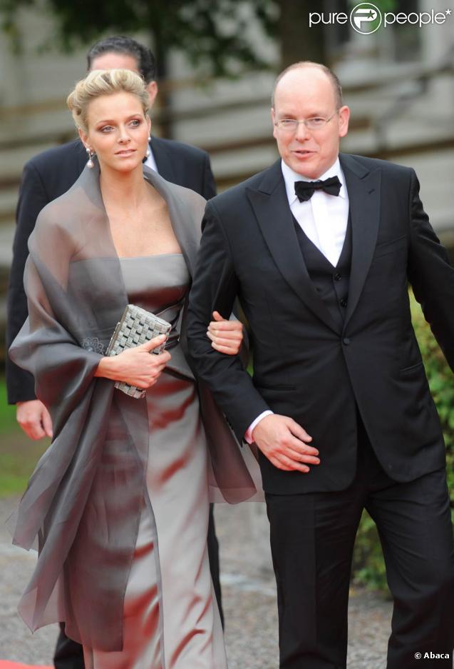 Albert II de Monaco et Charlene Wittstock prenaient part, le vendredi 18 juin 2010, au banquet et au gala donné en l'honneur du mariage de Victoria de Suède et Daniel Westling, célébré le lendemain.