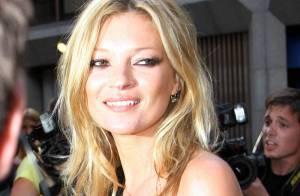 Kate Moss en reine de la nuit a sorti ses gambettes pour parader au bras de son amoureux...