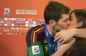 Iker Casillas : Le champion embrasse sa douce journaliste en pleine interview !