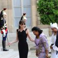Carla Bruni, très élégante en robe noire, reçoit les épouses des présidents africains. Paris, le 13 juillet 2010
