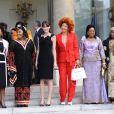 Carla Bruni pose avec les épouses des présidents africains, à l'Elysée. Paris, le 13 juillet 2010
