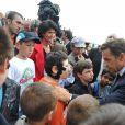 Nicolas Sarkozy rencontre les enfants au défilé du 14 juillet 2010.