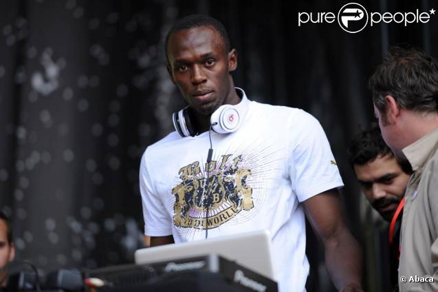 Usain Bolt, attendu sur le meeting Areva de Paris-Saint-Denis le 16 juillet, a fait le show la veille en plein Paris, mixant sur la place de l'Hôtel de Ville.