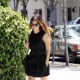 Robe noire, sac siglé Chanel, sandales Rag & Bone, Rachel Bilson est parfaite.