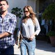 Jennifer Lopez prouve qu'elle est cool et branchée à 41 ans. Parfaite en jean boyfriend et sandales en python, la belle se donne un coup de jeune réussi !