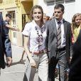 La princesse Letizia casse le côté stricte de son pantalon taille haute avec un collier ethnique. Bravo !