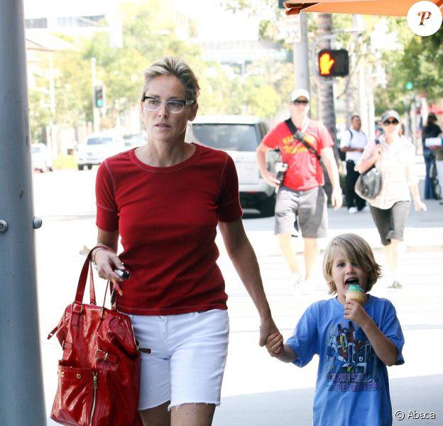 Sharon Stone avec Laird et sa glace bizarre dans les rues de Beverly Hills, le 31 juillet 2010