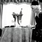 Qui est cette jolie blonde transformée en Charlie Chaplin pour son nouveau clip ?
