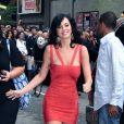 Katy Perry moulée dans la fameuse robe bandage Hervé Léger, qu'elle avait choisi dans les tons corail, accessoirisée d'une paire de boucles d'oreilles assorties et d'une paire de Louboutin clinquante.