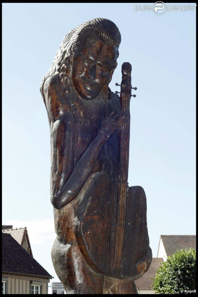 La statue de Johnny Hallyday à Verneuil-sur-Avre