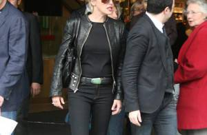PHOTOS : Sharon Stone fait son shopping aux Galeries Lafayette...