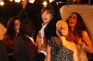 Ashton Kutcher danse et se frotte à d'autres filles que Demi Moore... et immortalise la scène !