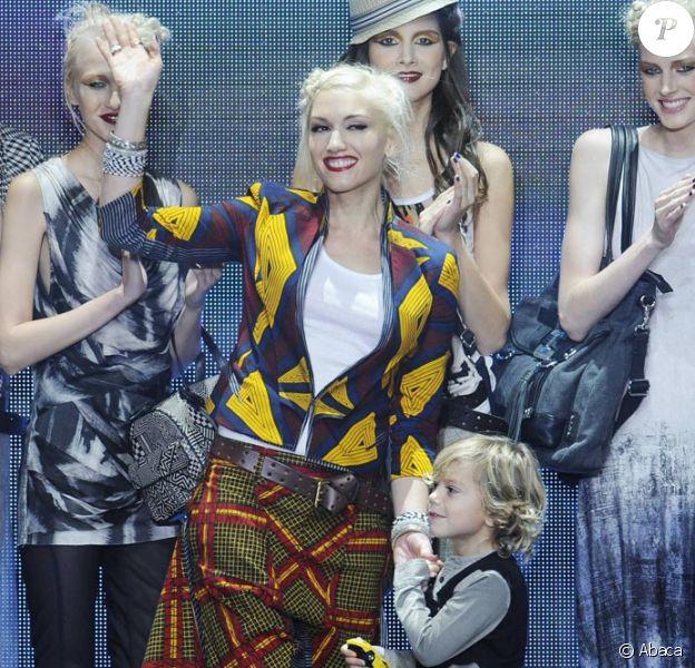 Gwen Stefani et son fils Kingston Rossdale se présentent sur le catwalk après le défilé Lamb de Gwen Stefani lors de la Mercedes Benz Fashion Week le 6 septembre 2010 au Lincoln Center à New York