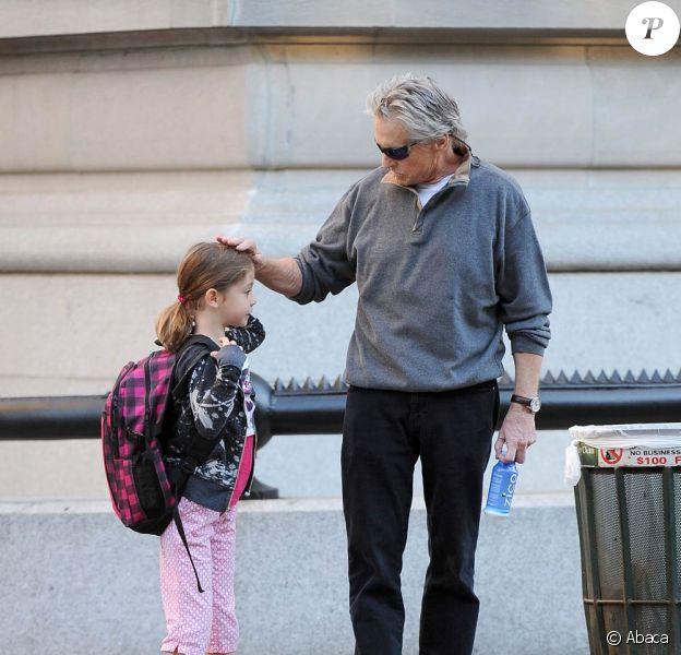 Michael Douglas emmène sa fille Carys Zeta, 7 ans, à son école, à New York, le 21 septembre 2010.
