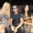 """Victoria Silvstedt et Enrico Papi lors du défilé """"Miss Bikini"""" dans le cadre de la Fashion Week de Milan, le 22 septembre 2010"""