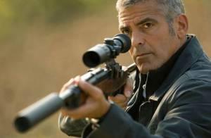 Découvrez la métamorphose du séduisant George Clooney en redoutable tueur...