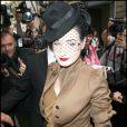 Dita Von Teese arrive au défilé John Galliano collection pret à porter printemps été 2011 à Paris lors de la Fashion Week le 3 octobre 2010
