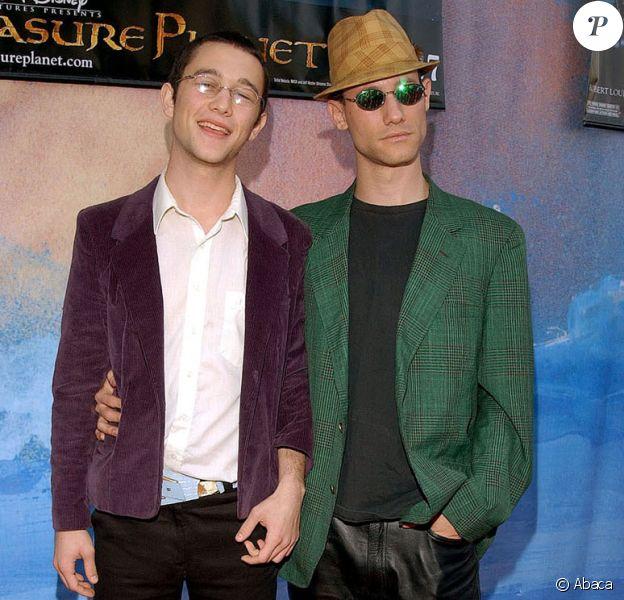 Joseph Gordon-Levitt et son frère Dan en 2002 lors de l'avant-première de La Planète au trésor
