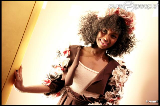 Inna Modja lors des essayages de la robe imaginée par le chocolatier Jean-Paul Hevin, et pour le prochain défilé du Salon du Chocolat, à Paris le 21 octobre 2010