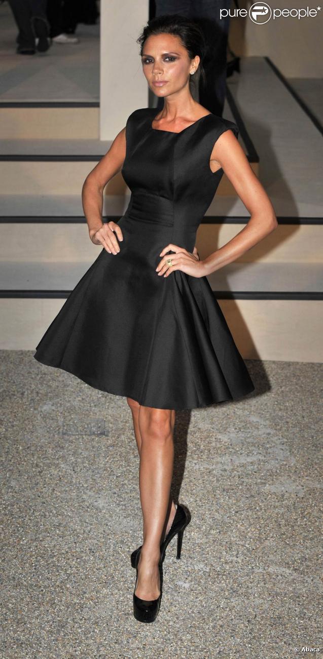 Victoria Beckham dans une robe de sa collection spring-summer 2010