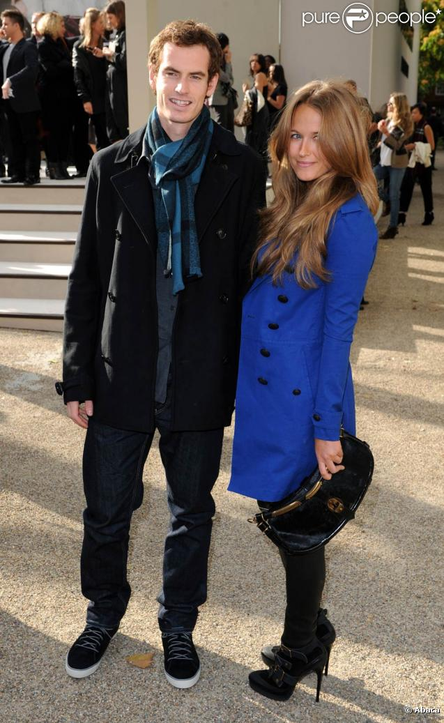 Andy Murray et Kim Sears, après une brève séparation fin 2009-début 2010, vivent à nouveau sereinement leur romance. Pour preuve, le tennisman amenait sa bien-aimée au maiage de son frère Jamie, le 28 octobre 2010.