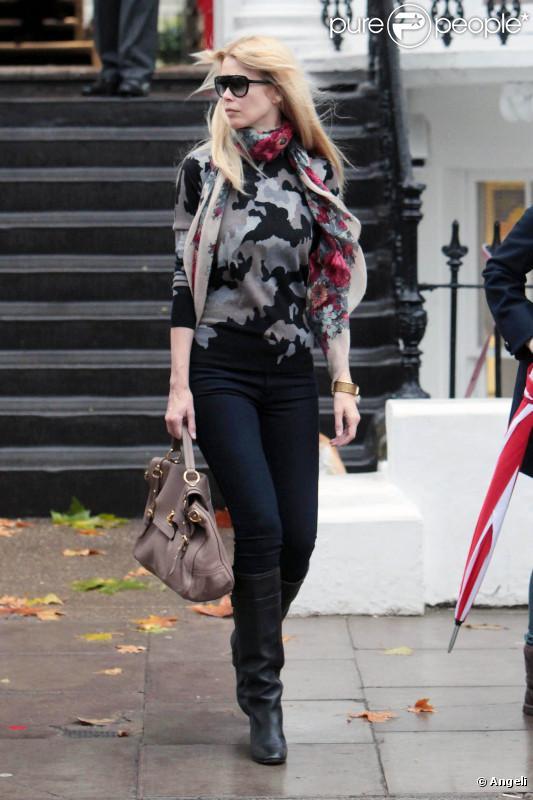 Quand Claudia sort son pull militaire, son foulard it-accessoire et son jean brut, personne ne lui résiste. Surtout pas avec son sac Mulberry à tomber !