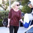 Kirsten Dunst sait jouer avec les it-pièces. Sweat shirt animalier mais rouge, slim noir, bottines en daim et le must : un 2.55 de Chanel. Parfait !