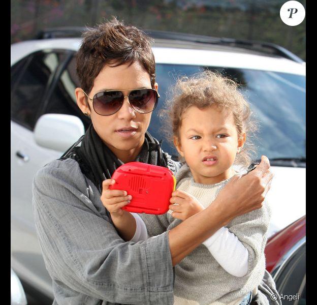 Halle Berry se balade à Beverly Hills en compagnie de sa fille, Nahla, 3 ans, mercredi 10 novembre.
