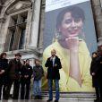 Bertrand Delanoë lors du rassemblement le jour de la libération de l'opposante à la junte birmane Aung San Suu Kyi sur le parvis de l'Hôtel de Ville à Paris le 13 novembre 2010