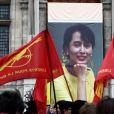 lors du rassemblement le jour de la libération de l'opposante à la junte birmane Aung San Suu Kyi sur le parvis de l'Hôtel de Ville à Paris le 13 novembre 2010