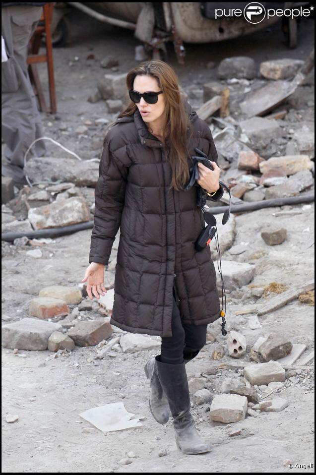 Angelina Jolie sur le tournage de son premier film en tant que réalisatrice, en Hongrie, en novembre 2010.