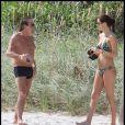 Roberto Cavalli et une amie sur une plage de Miami, le 19 novembre 2010