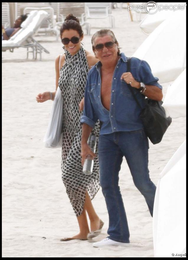 Roberto Cavalli et une amie sur une plage de Miami, le 20 novembre 2010