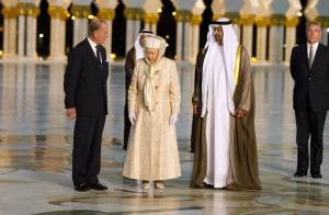 Elizabeth II : Une reine pieds nus pour fouler le plus beau tapis au monde !