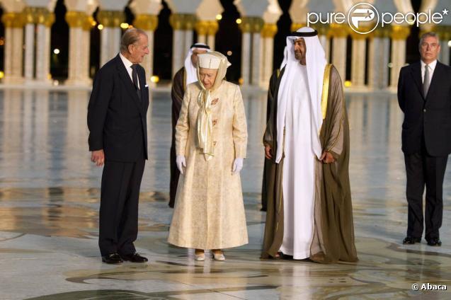 Mercredi 25 novembre 2010, la reine Elizabeth II entamait une visite officielle de 5 jours dans le golfe, accompagnée de son époux et de leur fils Andrew, duc d'York. Dès son arrivée à Abu Dhabi, elle a été emmenée à la mosquée Sheikh Zhayed.