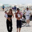 Lance Armstrong sur la plage avec sa femme Anna et leurs enfants Max et Olivia, à Miami le 30 novembre 2010