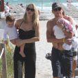 Lance Armstrong et sa femme Anna, ainsi que leurs enfants Max et Olivia, à la plage à Miami le 30 novembre 2010