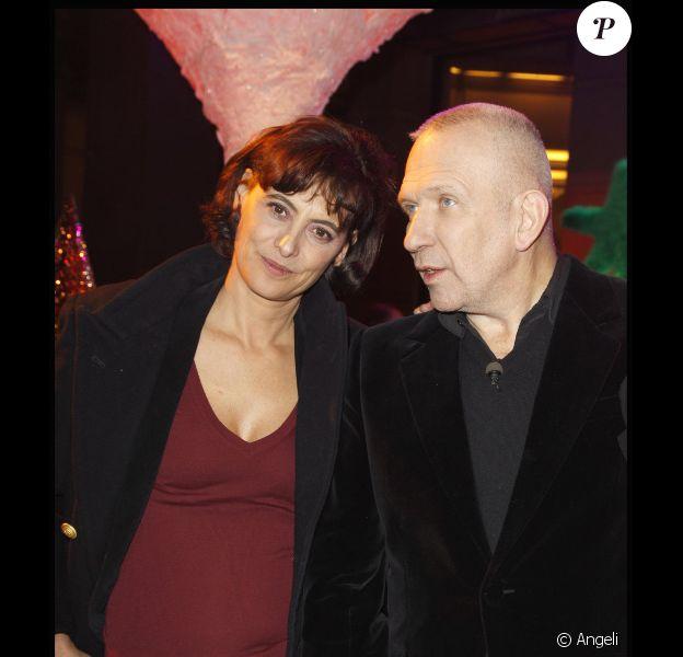 Inès de la Fressange et Jean-Paul Gaultier lors de la soirée Sapins de Noël des créateurs à l'Espace Vendôme à Paris le 1er décembre 2010