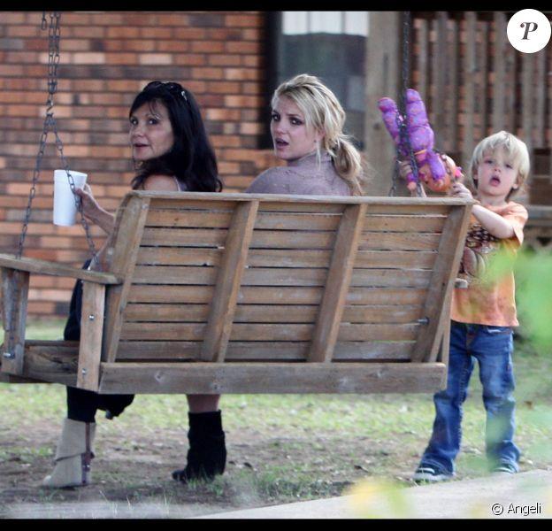 La famille Spears et Jason Trawick, petit ami de Britney, partagent un moment dans le jardin de la maison familiale de Kentwood, en Louisiane, jeudi 25 novembre.
