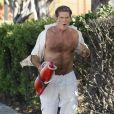 David Hasselhoff court dans les rues de Los Angeles, dans une parodie d'Alerte à Malibu