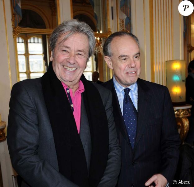 Remise de médailles au ministère de la Culture, à Paris le 15 décembre : Alain Delon et Frédéric Mitterrand