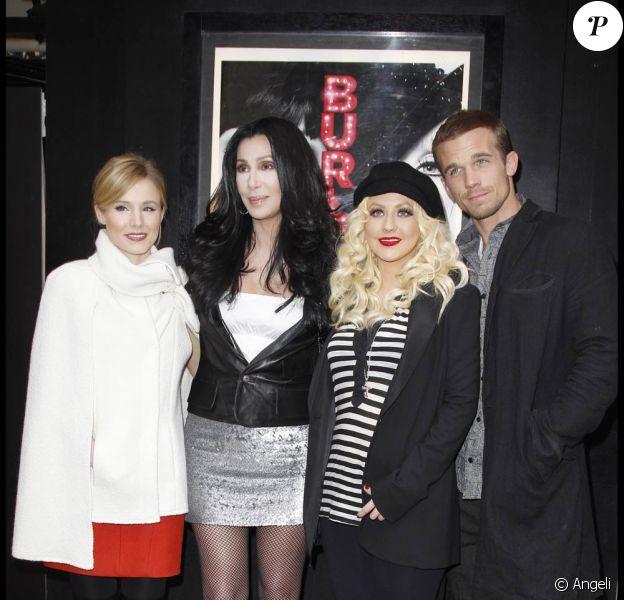 Kristen Bell, Cher, Christina Aguilera et Cam Gigandet à l'occasion de la présentation de Burlesque, dans l'enceinte du Crazy Horse de Paris, le 15 décembre 2010.
