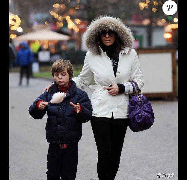 Elizabeth Hurley et son fils Damian à Hyde Park à Londres le 16 décembre 2010