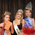 Election de mini-Miss France 2011 : Oceane Scharre est la grande gagnante ! Ici avec sa dauphine et Caroline Boutier de Dilemme (19 décembre 2010 à Paris)